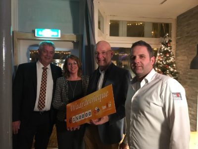 Oranjevereniging Sassenheim - Kerstdiner cheque Stichting De Zevensprong